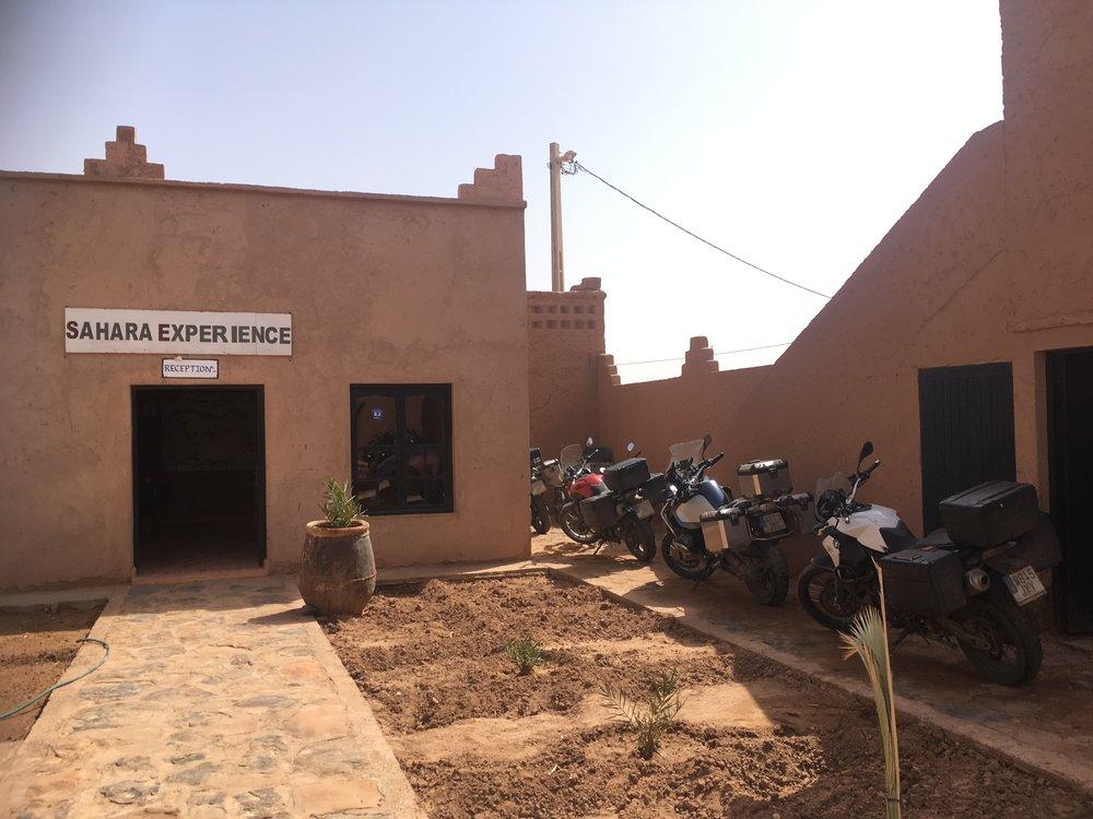 Voin rohkeasti suositella Sahara Experienceä jos olette liikkeellä näillä kulmilla :) Pyörätkin saimme sisäpihaan parkkiin safarin ajaksi...