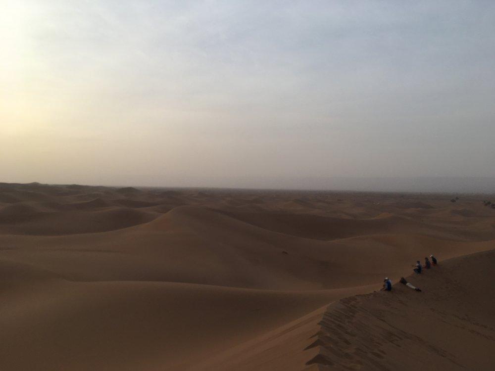 Auringonlasku aavikolla on omanlaisensa kokemus. Unohtumaton.
