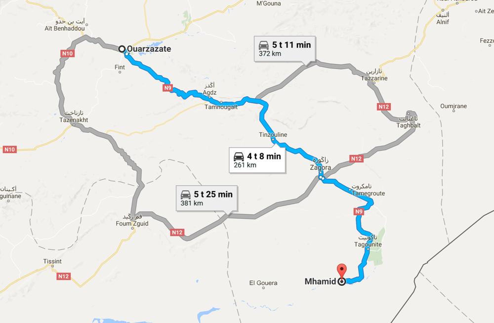 N9 tie Ourzazatesta M'hamidiin on täysin absurdi pätkä maallikon näkökulmasta. Välillä 4 kaistanenkin upouusi asfaltti highway vie aavikon halki, jossa asuu enemmän aaseja kuin ihmisiä. Syy tuohon meille selvisi myöhemmin, kun 10 sotilashummerin letka ajoi hirveätä vauhtia vastaan. Tie on rakennettu sotatoimia silmälläpitäen. Jos Algerian rajoille pitää siirtää joukkoja niin se käy kuin tanssi N9 pitkin...