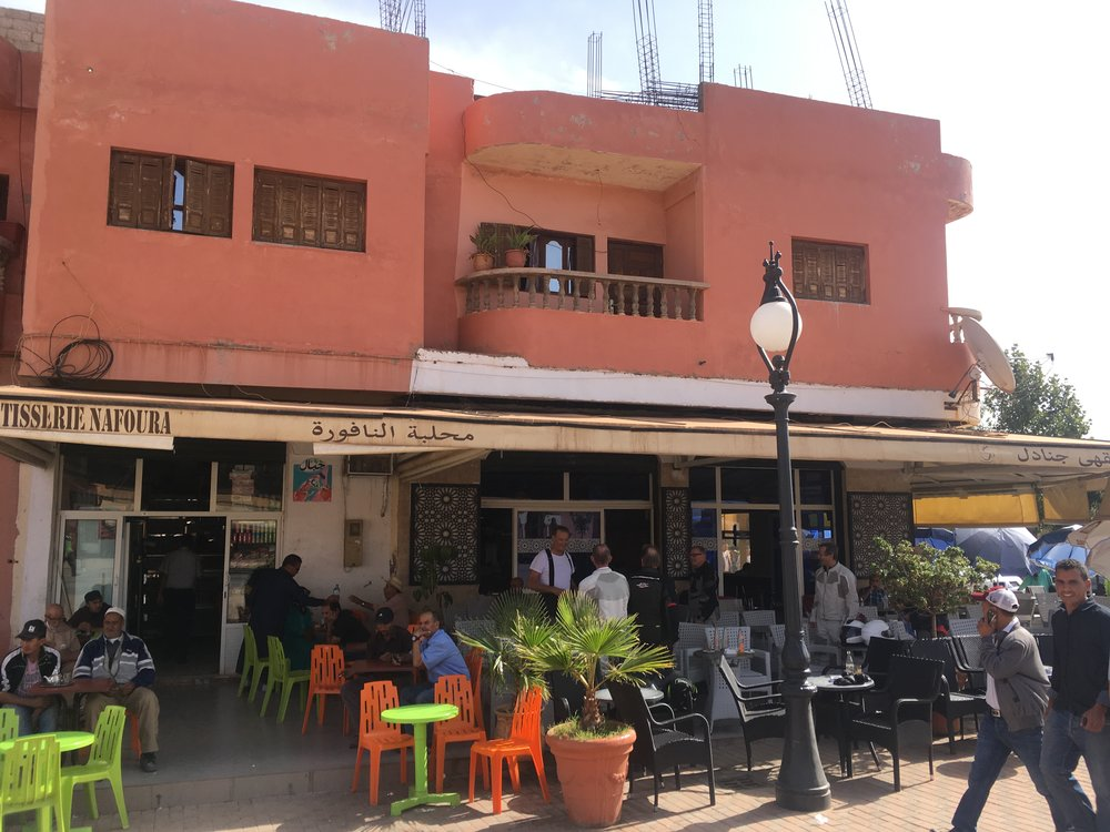 Klo 11.24 - Kahvitauko pienessä kylässä matkanvarrella. Marokkolaiset ovat oppineet kahvinteon jalon taidon Rnaskan vallan aikana...