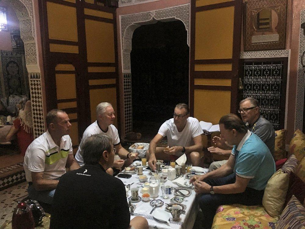 Päivä alkaa tottuneesti kevyellä Marokkolaistyylisellä aamiaisella ja klo 09.00 olemme jo matkalla kohti uusia seikkailuja!