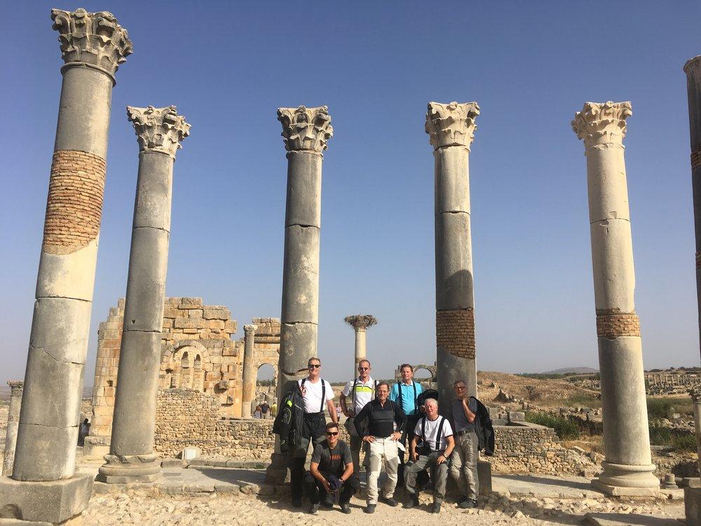 Päivän ensimmäinen pysähdys oli vain 40 kilometriä Meknesista - Volubilis! Tämä on tärkeää arkeologinen kaivauskohde Marokossa. Siellä on alueen parhaiten säilyneitä muistoja roomalaisvallan ajalta.  Antiikin aikana Volubilis oli Rooman Afrikasta valloittamien alueiden länsiosan tärkeimpiä kauppakaupunkeja. Se rakennettiin noin vuonna 40 JKR. Samalla paikalla oli luultavasti ollut karthagolaisten asuinpaikka aikaisemmin.
