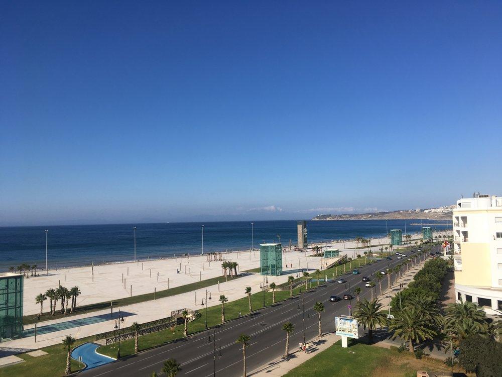 Tangierin rantabulevardi hotellin parvekkeelta kuvattuna!