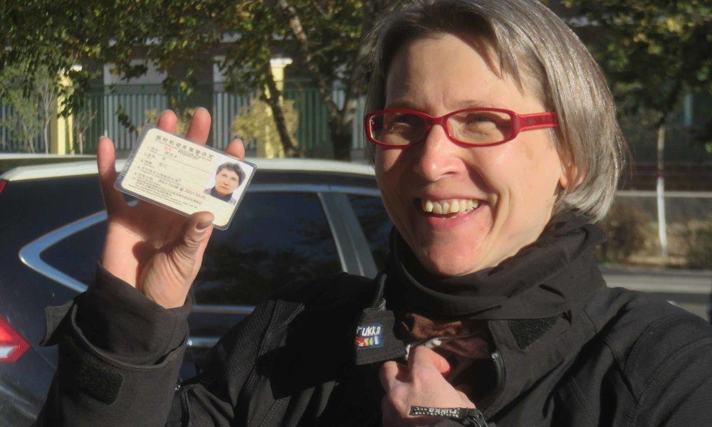 Onnellinen kiinalaisen ajokortin omistaja!