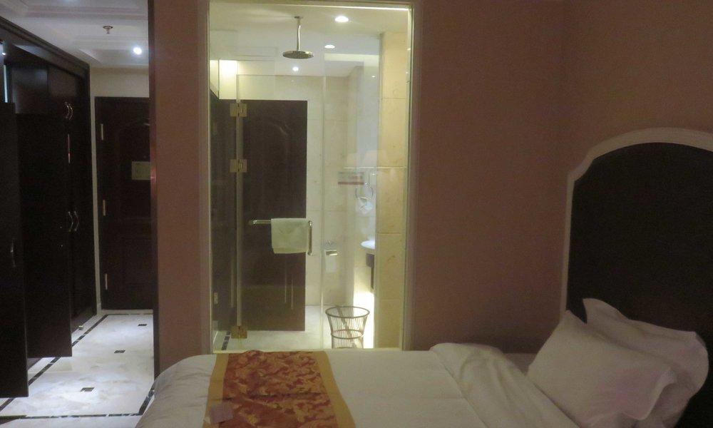 Mitäpä tuohon sanoisi kuin että mielenkiintoinen ratkaisu... lasiseinä sängyn ja suihkun välissä! :]