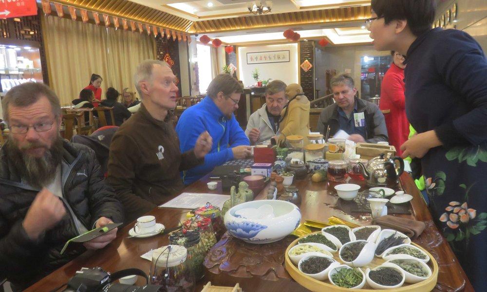 Teeasiantuntijat vertailemassa kiinalaisia tee-laatuja! :]