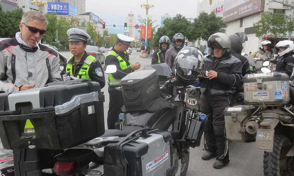 Hangzoun poliisi kiinnostui meistä... mutta vain pariksi minuutiksi!