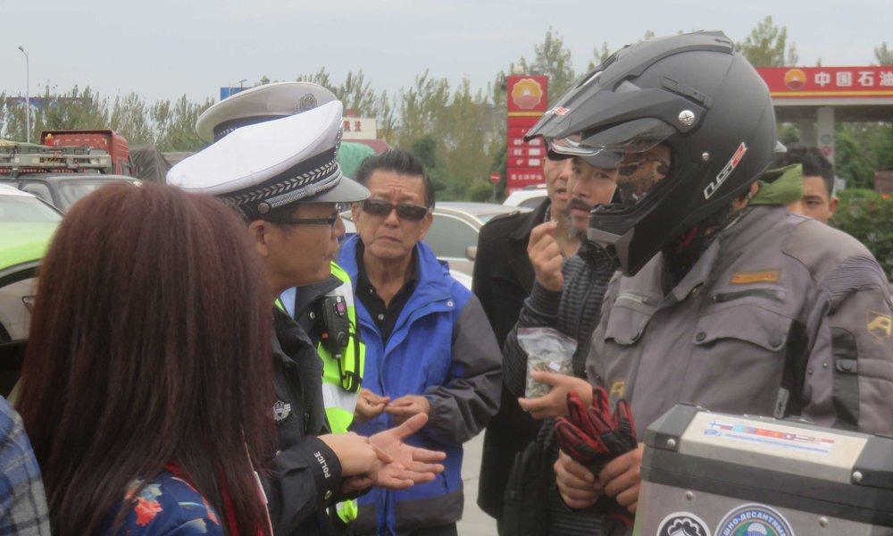 Herra komisario selvittää Mr Wangille, että laittomilla teillä ollaan...