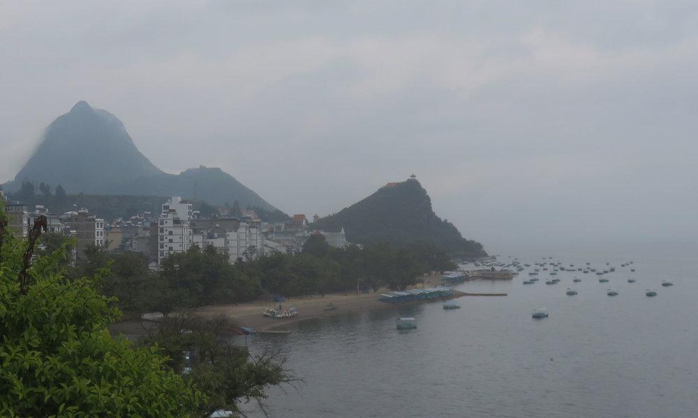 10am. Sumuinen Kiinan Garda-järvi!