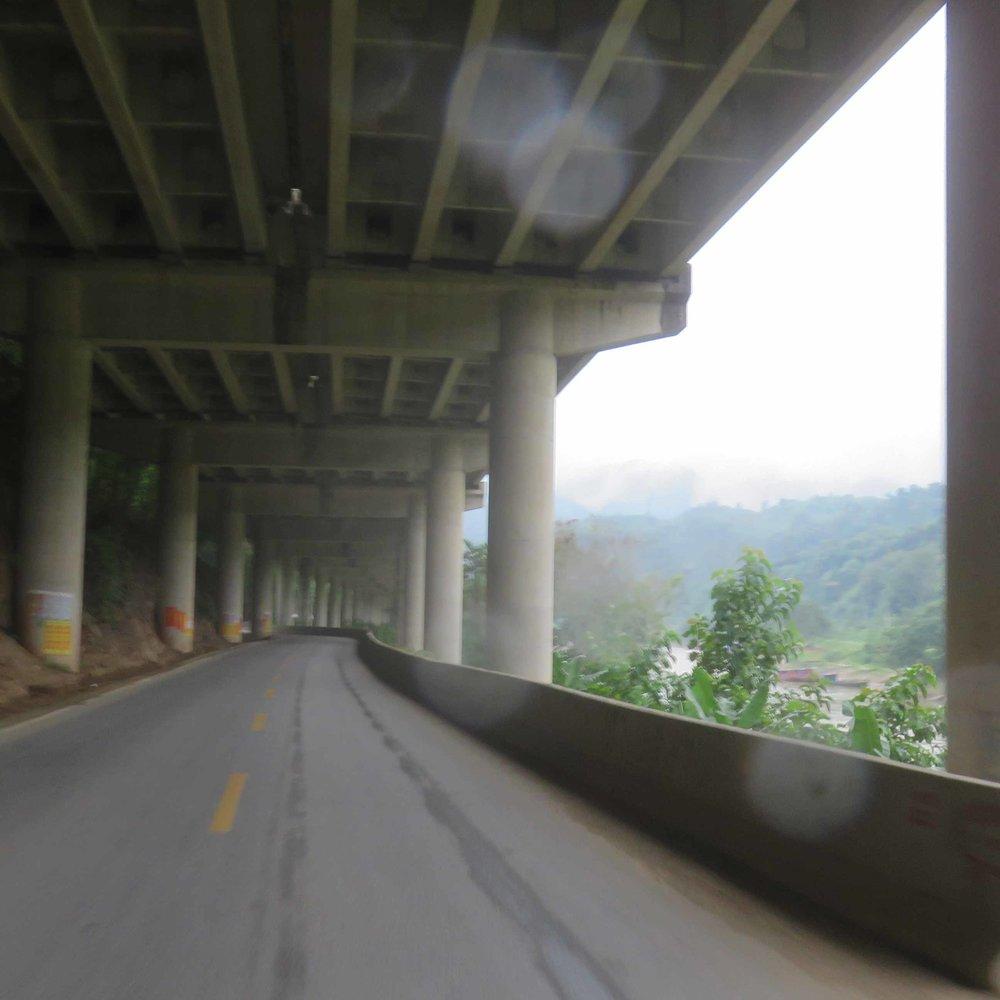 Hyvä paikka ajaa sateella. Moottoritien alla!