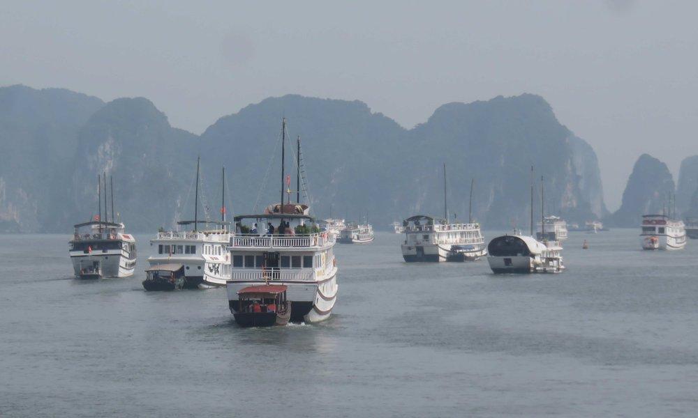 400 laivaa päivässä Halong Bayn saaristoon!