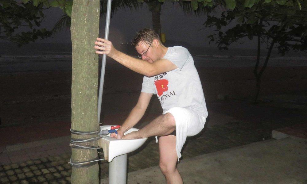 Ulkomaalainen turisti pesee varpaita!