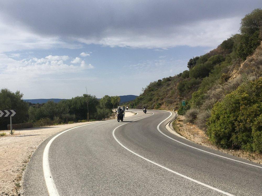 Andalusia on motoristin todellinen aarrearkku - liikennettä hyvin vähän (pikkuteillä), asfaltti erinomaisessa kunnossa (pääsääntöisesti) ja maisemat maailmanluokkaa (poikkeuksetta!)