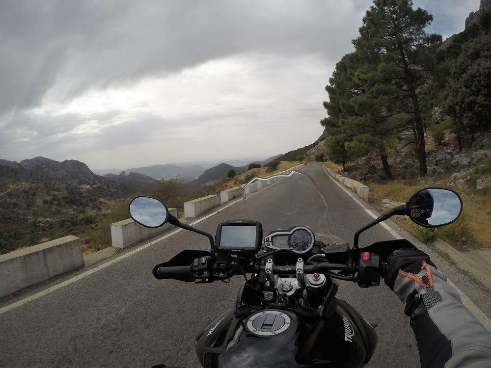 El Burgon ja Rondan välinen tie - motoristisielu lepää. Ei kuitenkaan korkeapaikkakammoisen :)
