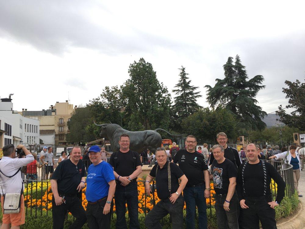 Andalusian ryhmä: Jukka, Hannu, Teuvo, Pertti, Raimo, Jaska, Harri, Urpo ja Dani kameran takana