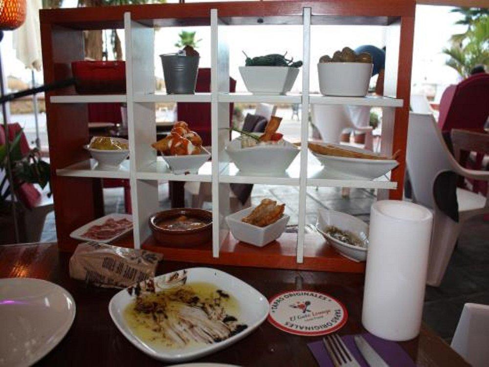 Torremolinoksesta on vaikeaa löytää hyviä ruokapaikkoja. Tarjonta on paljon, mutta suurin osa tarjoaa perus turistisapuskaa. El Gaton loungea ja heidän Tapas Experiencea voi kyllä rohkeasti suositella - vatsan saa täydeksi erilaisilla maistiaisherkuilla :)