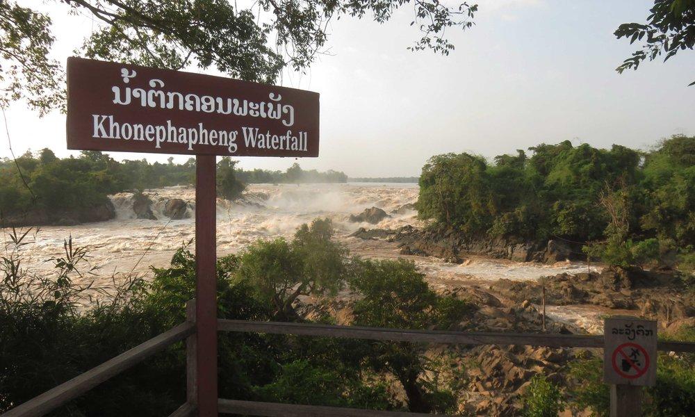 Mekong Water Falls... 15 metriä pudotusta ja reilu kilometri leveyttä!