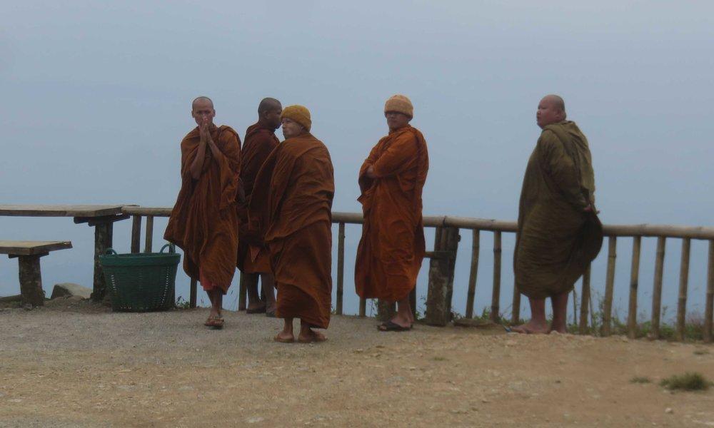 Paikallisia munkkeja ja ...