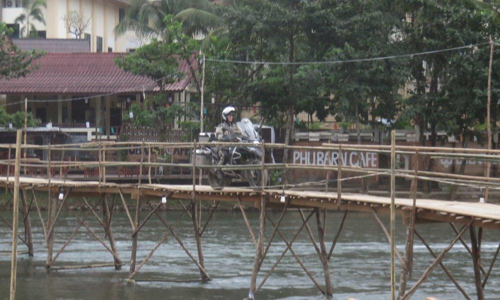Jos ja kun Vang Viengin silta hotellille kestää Erkin pyörän, niin se kestää kaikki muutkin... oletimme! Eikä se väärä oletus ollut!