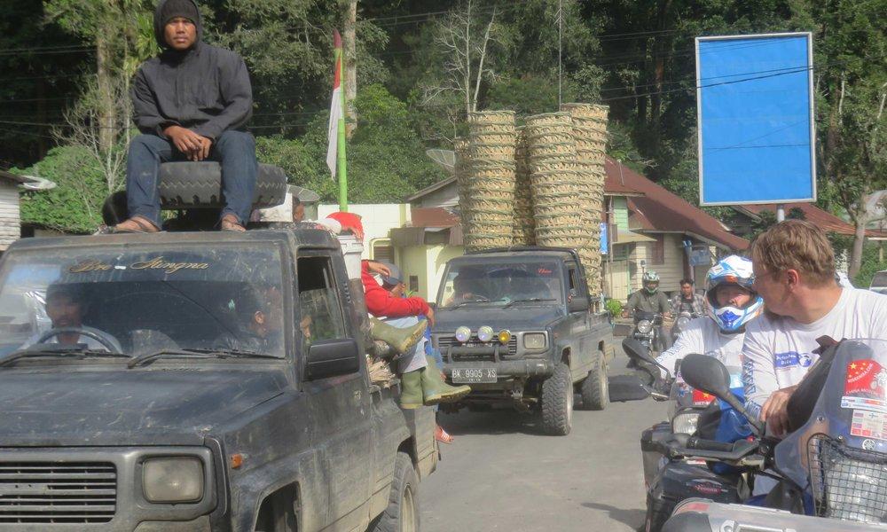 Indonesiassa on ok matkustaa auton katolla... turvavyötäkään ei tarvita!
