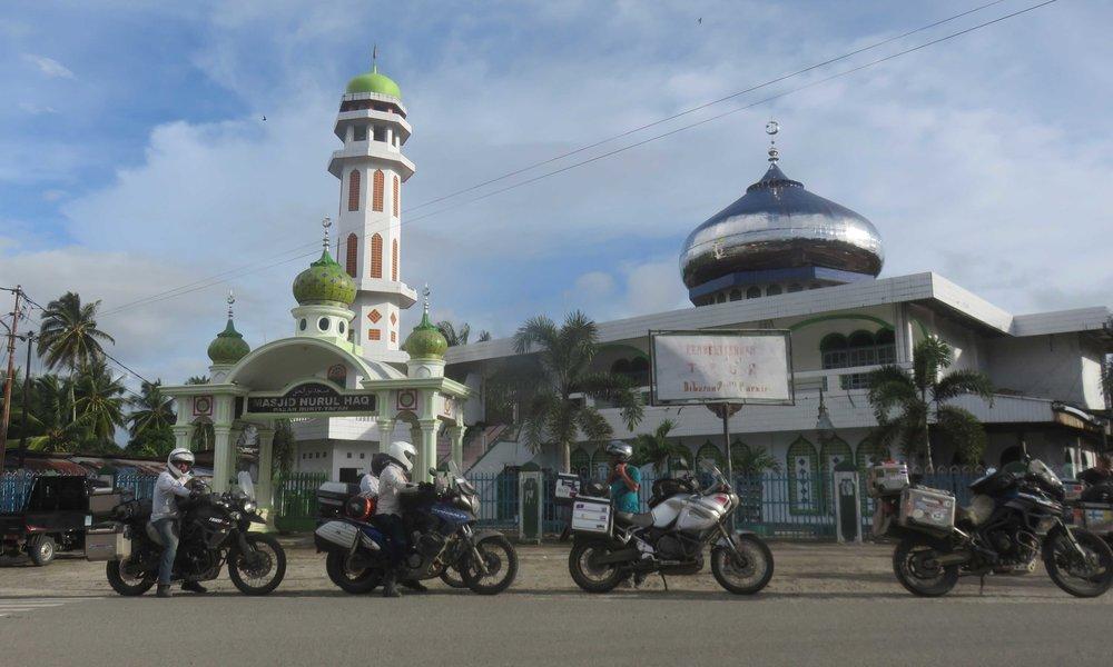 Sumatralla ei ole minkäänlaista pulaa moskeijoista! :] ... niin pientä kylää ei olekaan, etteikö seiltä löytyisi moskeijaa!
