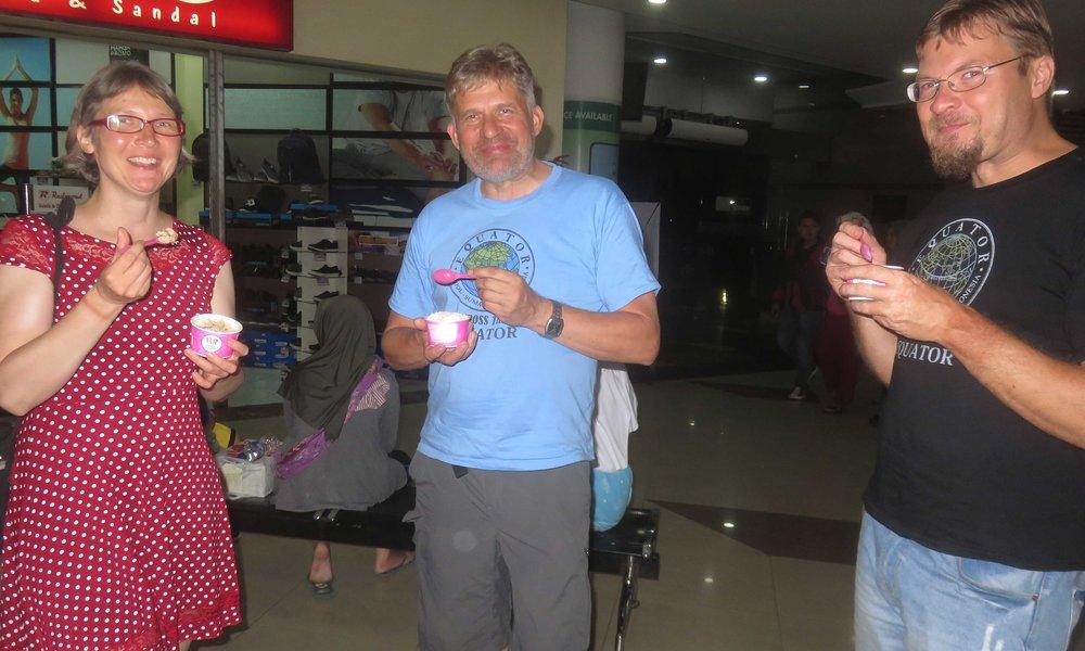 Tähän on tultu... Tasikmalayassa kypäräkaljat olivat Baskin & Robins jäätelöt, jotka Sinikka tarjosi!
