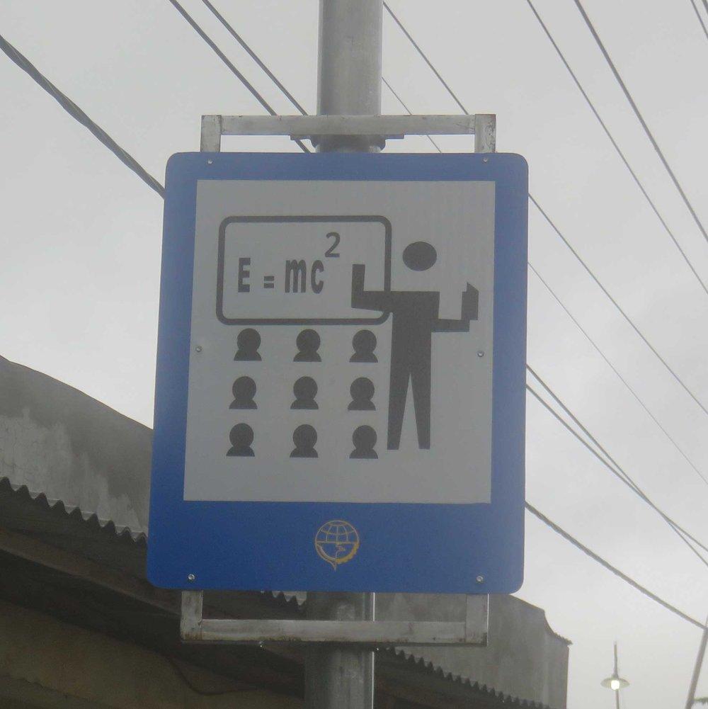 Hauskin koulusta varoittava liikennemerkki...