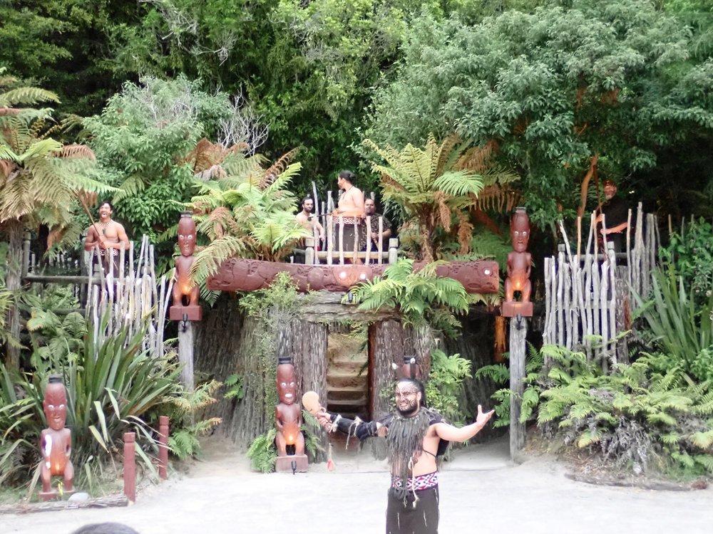 Pā oli yleensä kukkulalle sijoitettu puumuureilla suojattu kylä, jota saattoivat suojata juoksuhaudatkin.  Kia Ora!