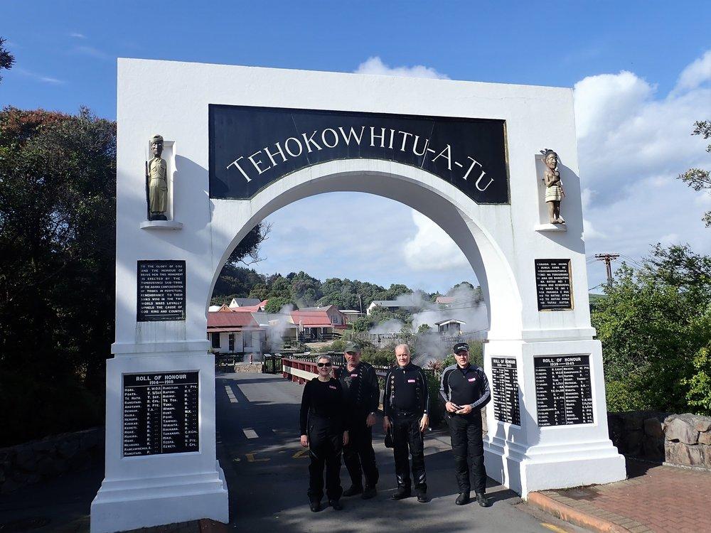 Jotakuinkin tasan 08.30 olemme Whakarewarewan portilla. Whakarewarewa on Rotoruan asuttu terminen kylä, jossa ei ole pulaa kuumasta vedestä eikä lämmitys ole ongelma. Maa työntää uumenistaan kuumaa höyryä monilukuisista lähteistä 24/7.  Maorit ovat asuneet alueella 1300-luvulta lähtien ja he myös käyttivät lähteiden lämpöä esim. ruoanlaitossa ja talojen lämmityksessä!