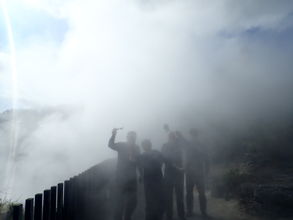 Siellä se ryhmä on - kananmunanhajuisessa pilvessä! ;)
