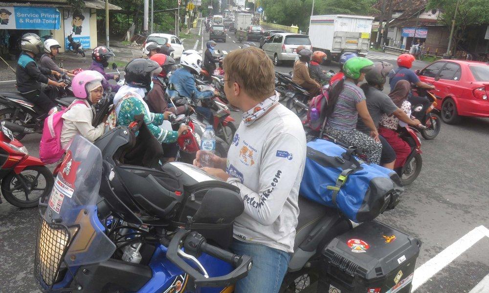 1 suomalainen ja monta indonesialaista bikeriä!
