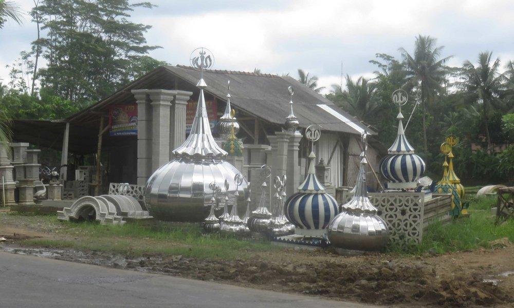 Monta indonesialaista moskeijan huippua!