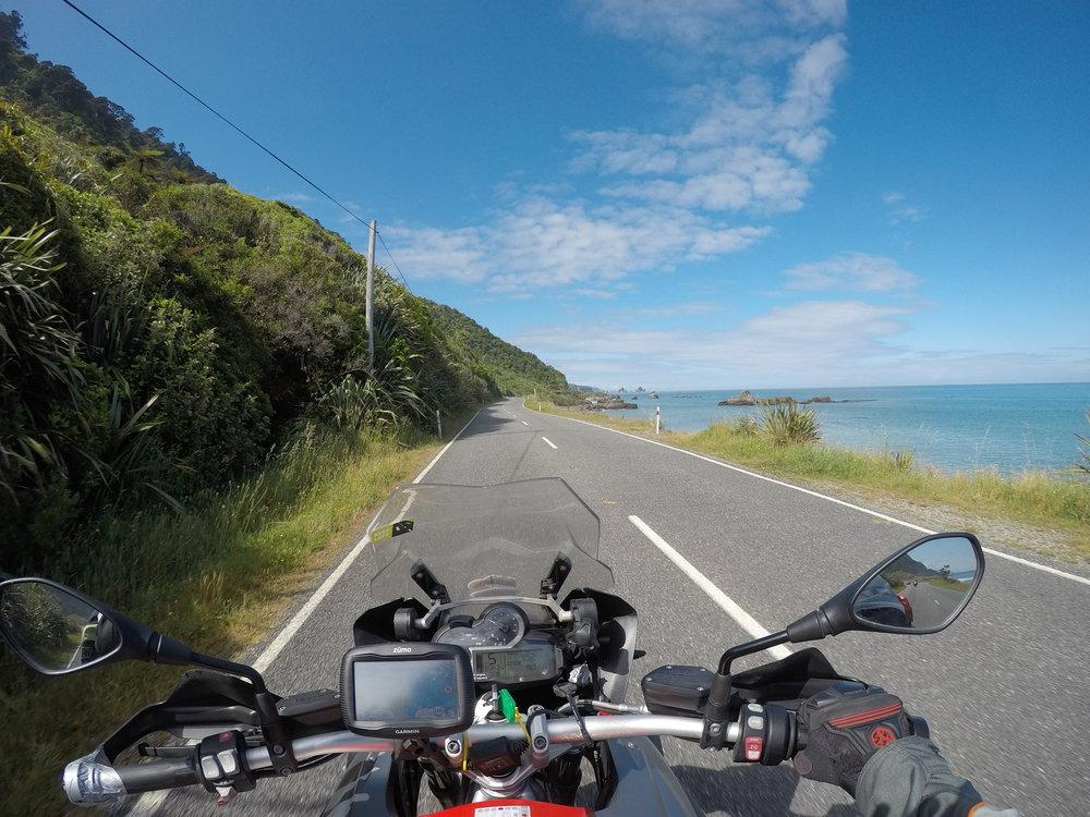 Tie nro 6 Westportin ja Punakaikin välillä! Tasmanian meri kaasukahvan puolella ja sadat mutkat edessä...