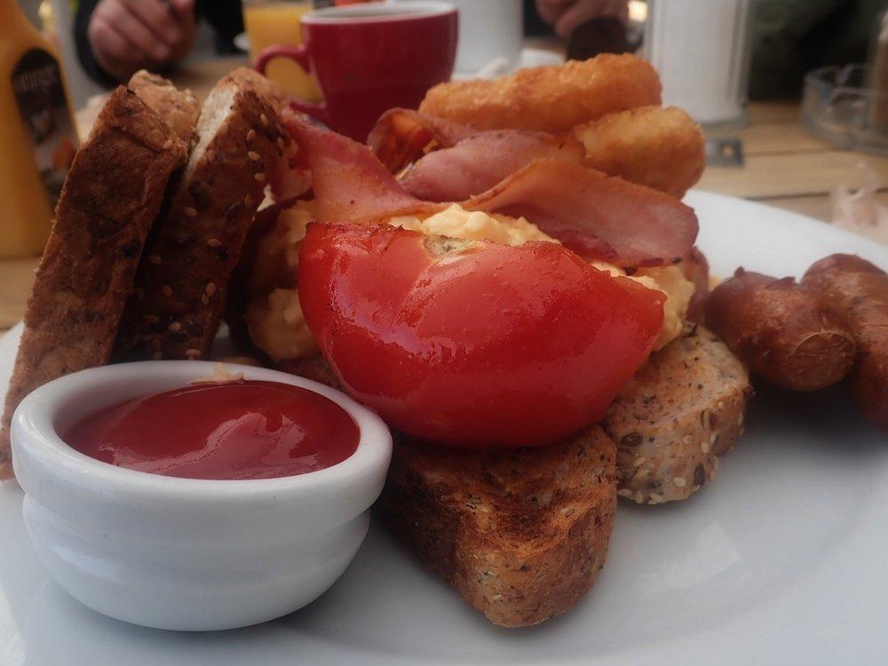 Konepyöräilijät käynnistyvät tänäänkin perussetillä - pekonia, munia ja makkaraa Amerikan tyyliin. Ja tietysti kahvia!