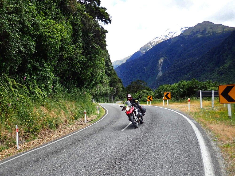 Vuoret, vuoristojärvet, sininen taivas, ja taivaalliset tiet ovat niin sanotusti aika jees yhdistelmä vaikka itse sanonkin.