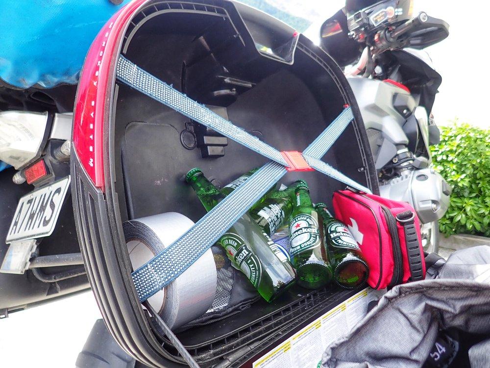 Hyvin valmistautuneella oppaalla on kaikki tarvittava aina mukana - EA-laukku, jeesusteippi ja kylmät kypäräkaljat ;)