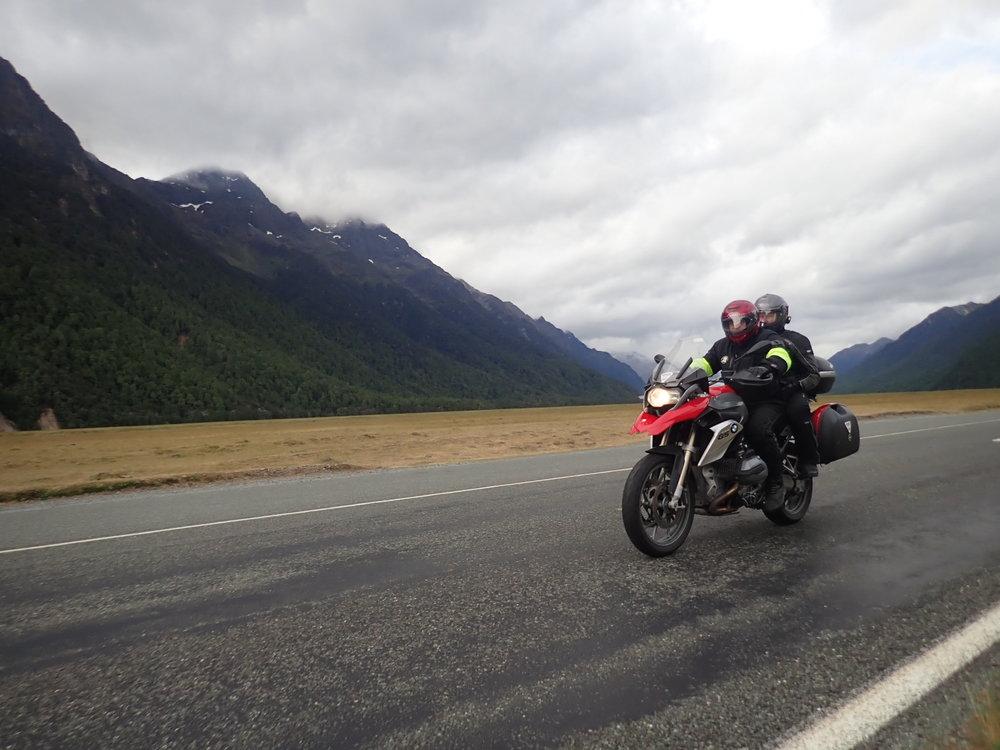 Takaisin ajamme taas 120 kilometriä huikean hauskaa tietä pitkin kohti Te Anauta. Tihkusadekin loppui ja pääsimme nauttimaan kuivasta asfaltista!