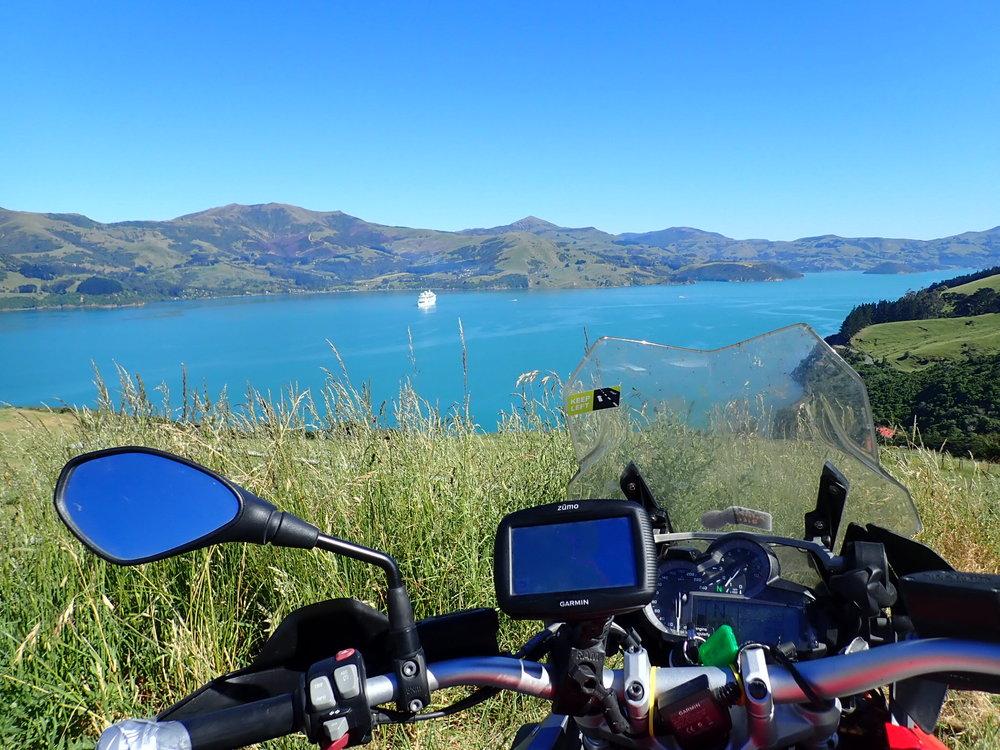 Jokainen vietti aamun haluamalla tavalla - shoppailemalla viimeisiä matkamuistoja, kävelemällä kylän ympäri tai niin kuin minä - satulassa tutkimassa Banksin niemimaan upeita mutkia! Uudessa-Seelannissa ei yksinkertaisesti malttaa olla ajamatta!