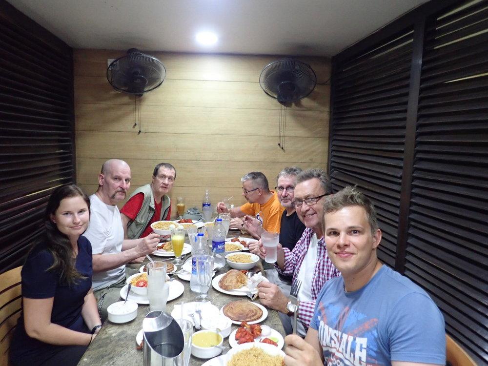 Tervetuloillalinen syötiin perinteisessä intialaisessa ravintolassa - Buhara, joka on ollut samassa paikassa, seinissä olevien kuvien perusteella, vuodesta 1951. Hyvä ruoka ja hieno porukka - tästä tulee hieno, ellei erinomainen reissu!