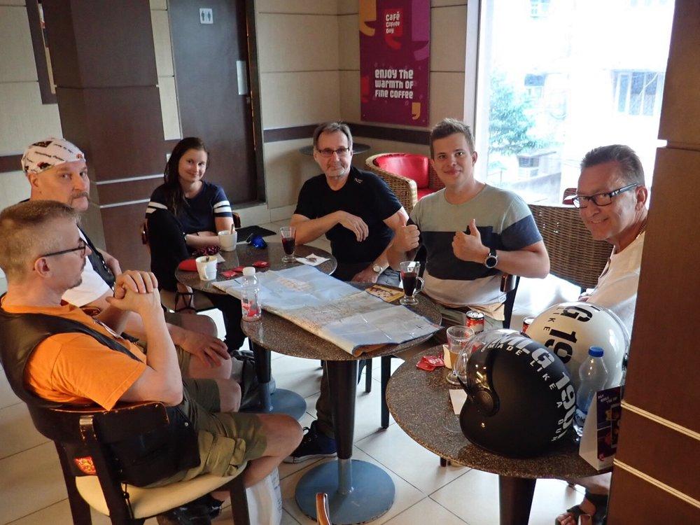 Reitinsuunnittelu ja liikennesääntöjen kertaus käynnissä paikallisessa Starbuckisissa...