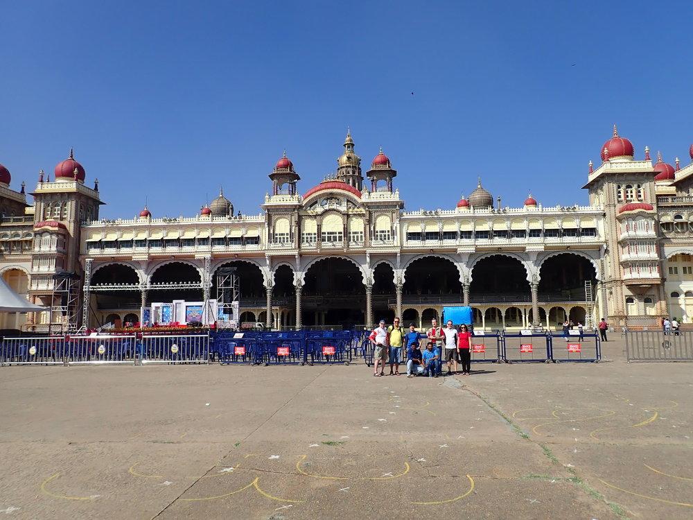Mysoren kaupunki tunnetaan vuosisatojen ajalta santelipuun ja siitä tehtyjen esineiden tuottajana. Se oli muodollisesti 1799-1831, eli käytännössä aina Intian itsenäistymiseen 1947 asti Mysoren kuningaskunnan pääkaupunki jota hallitsi Wodeyarin ruhtinassuku. Noilta ajoilta kaupungissa on runsaasti upeita palatseja, joista upein on yllä olevassa kuvassa näkyvä...