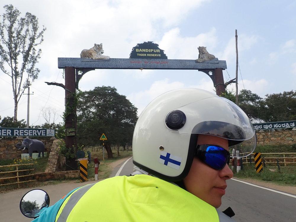 Bandipurin porteilla. Paikka on varattu ensisijaisesti Bengalintiikereille, mutta muitakin eläimiä löytyy! Bandipurin kansallispuisto on luonnonsuojelualue Intian Karnatakan osavaltiossa. Se sijaitsee Mysore-Ooty valtatien varrella. Yhdessä naapuriosavaltioiden kansallispuistojen kanssa se muodostaa Intian laajimman biosfäärinsuojelualueen, eli Nilgirin biosfäärialueen.  Matkalla nähtiin peuroja, apinoita ja norsuperheen! Tiikereitä ei onneksi! :)