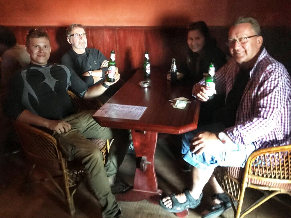 Hämärä salakapakka löytyi vihdoinkin ja saatiin tämäkin päivä kruunattua kylmillä oluella hyvässä porukassa!