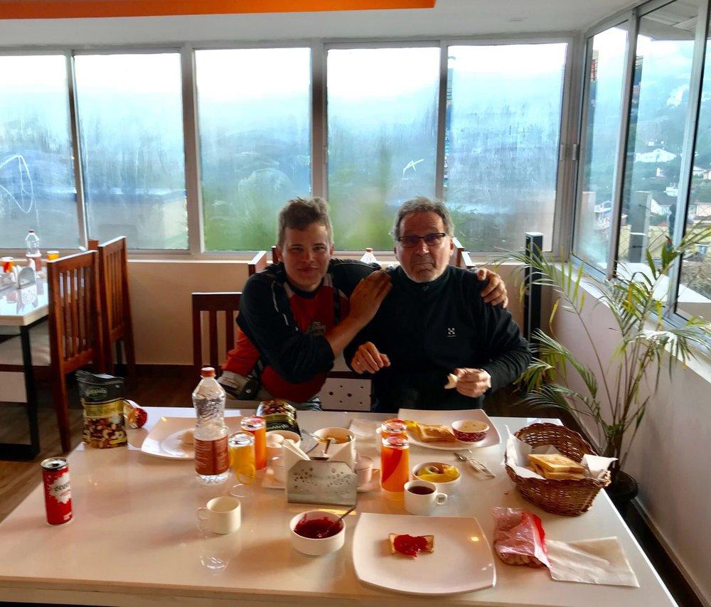 Aaron kanssa lämmitellään aamiaisen yhteydessä!