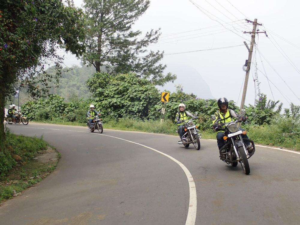 Nilghirin vuoristossa moottoripyöräily Intiassa on parhaimmillaan - tiet pääsääntöisesti hyvässä kunnossa ja liikennettä suhteellisen vähän...