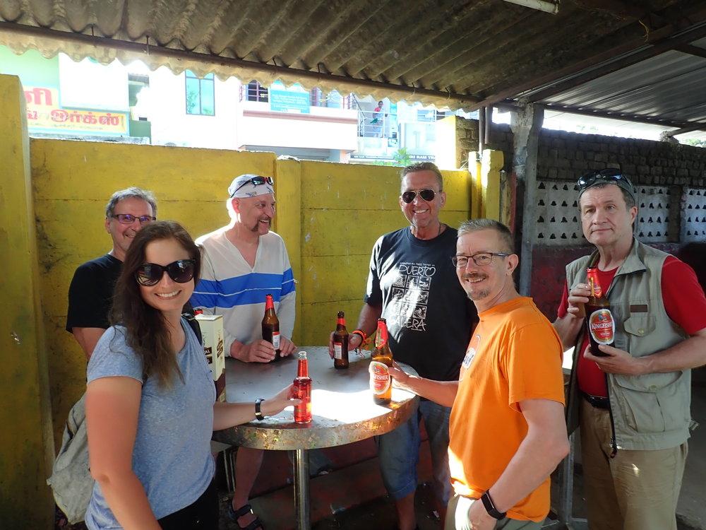 Paikallinen (todella paikallinen) baari löytyi lopultakin ja saimme huuhdeltua matkapölyt kylmillä olueilla!