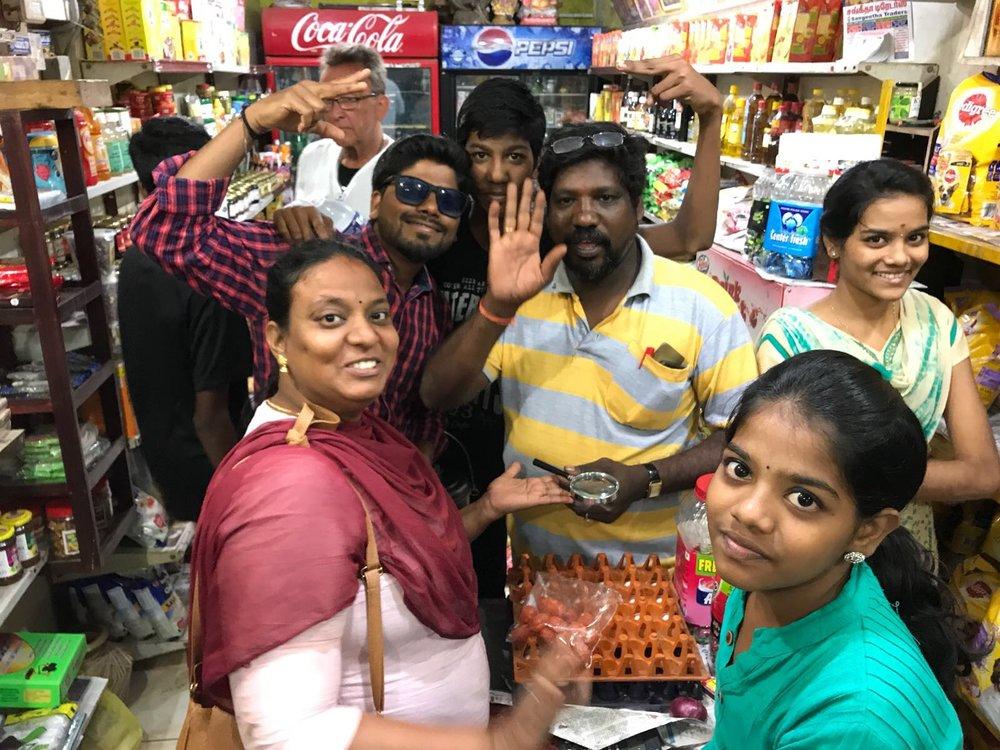 Intialaiset eivät paljon huolia kanna, vaan nauttivat elämästä päivä kerrallaan!