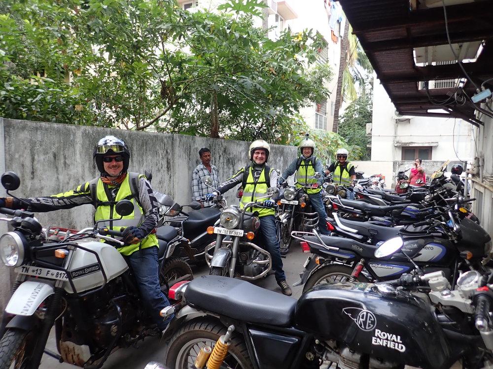 Pyörien palautus Chennain vuokraamoon - kyllä hymyä riittää! :) Muutama pientä akkuongelmaa lukuun ottamatta Roaylit pelasivat hienosti (onneksi oli mekaanikko mukana!)