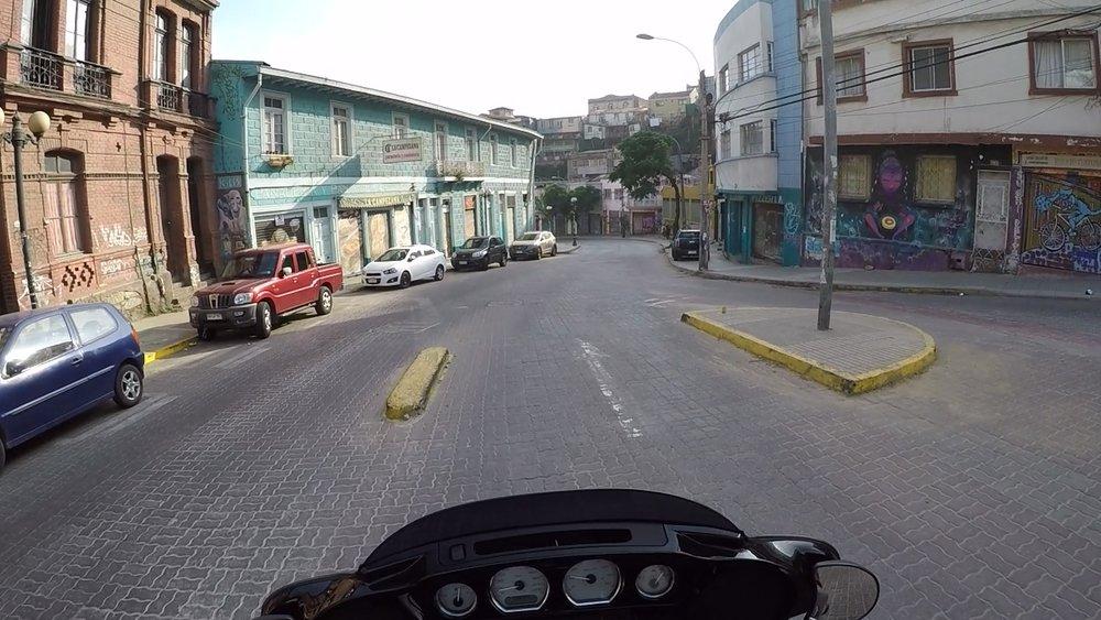 Valparaíson kukkuloilta alamäkeen sunnuntai aamun hiljaisuudessa.