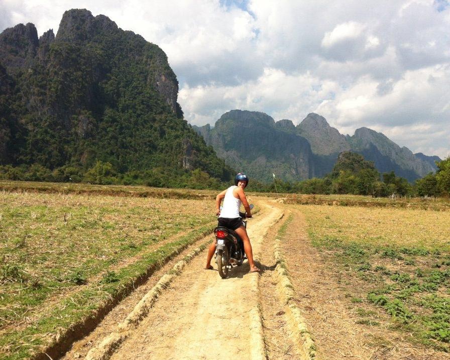 Mopoilemassa Laosissa